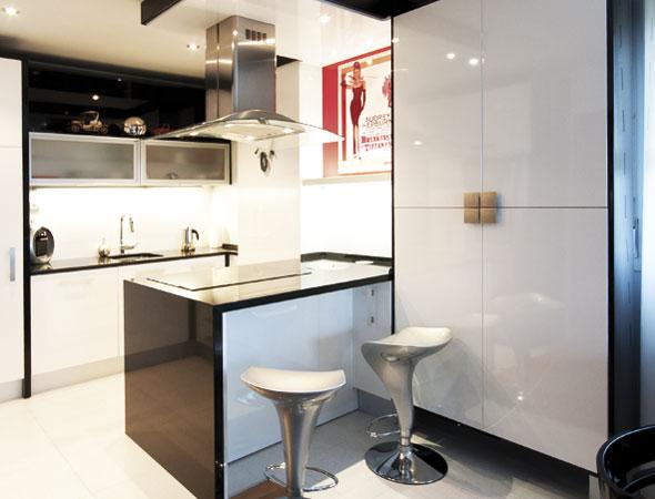 Muebles de cocina disenove distribuci n de cocinas en un for Cocinas apartamentos pequenos